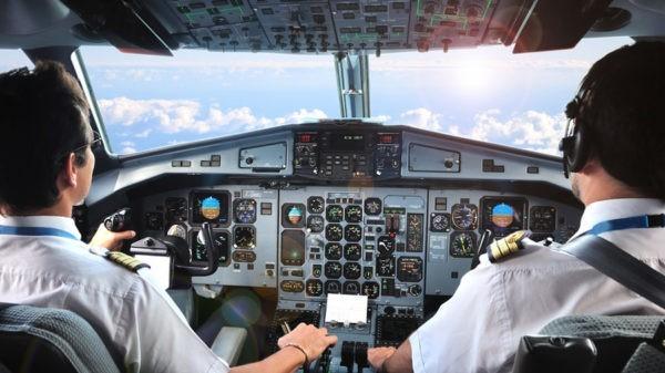 посадил самолет без помощи капитана