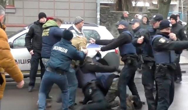 драка между полицейскими